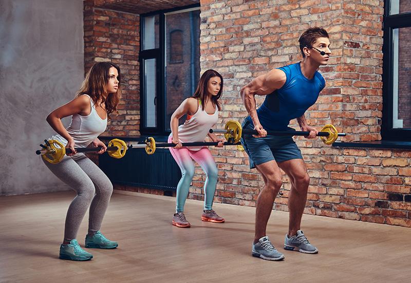 Un hombre muestra cómo hacer ejercicios de espalda.