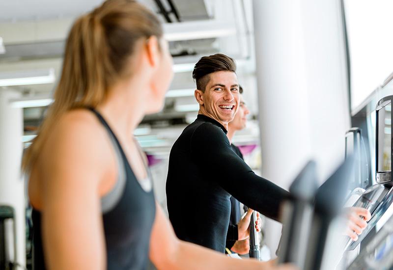 guapo Hombre y hermosa joven Mujer el Uso un paso a paso en un gimnasio (2)