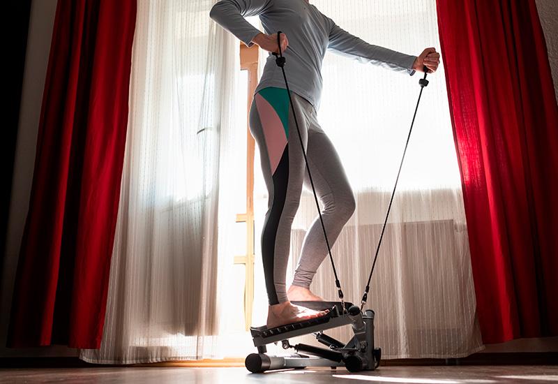 mujer joven ejercicio en casa en paso a paso entrenador